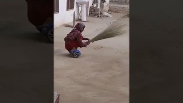 Kocaknya Wanita Ini Menyapu Sambil Naik Hoverboard