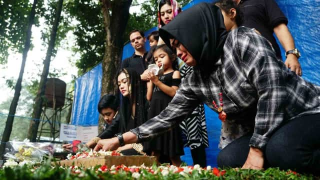 Isak Tangis Ibunda Tepat Setahun Meninggalnya Julia Perez