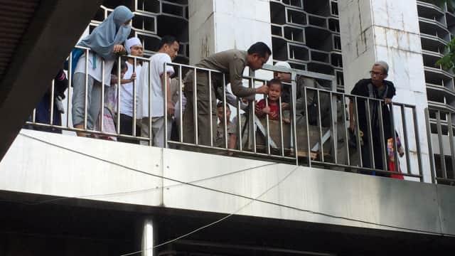 Seorang Bocah Menangis, Kepalanya Nyangkut di Pagar Masjid Istiqlal