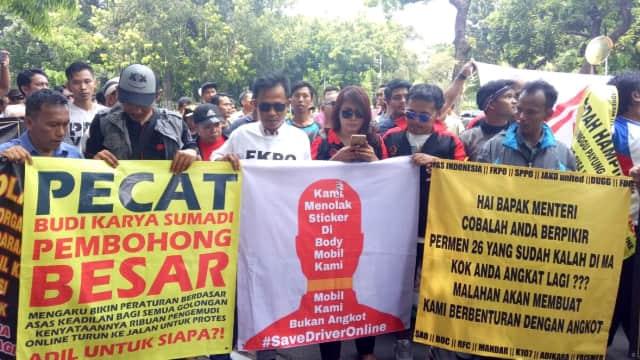 Driver Turun ke Jalan Tolak Revisi Permenhub soal Taksi Online