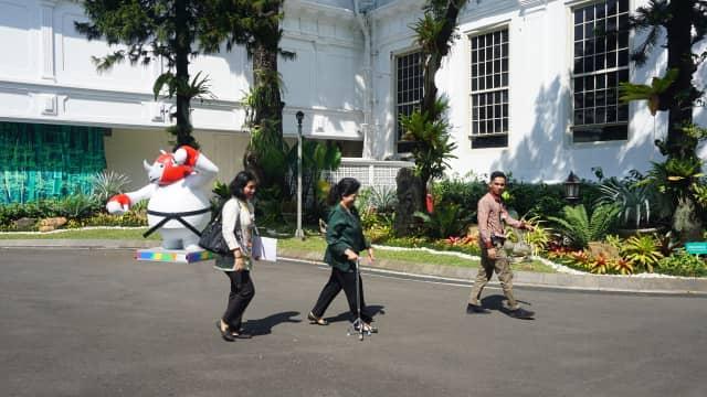 Keseleo, Menkes Pakai Tongkat Tripod saat Rapat Kabinet di Istana