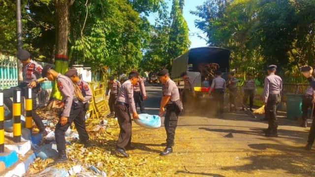 Polisi Buka Blokade di Jalan dr. Saleh Kota Probolinggo