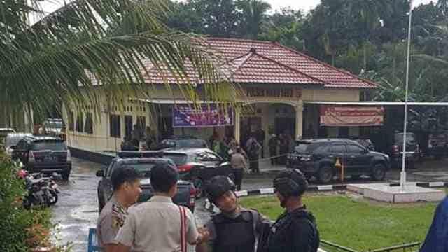 Breaking News, 2 Polisi Terkena Sabetan Samurai saat Jaga Mapolres Maro Sebo