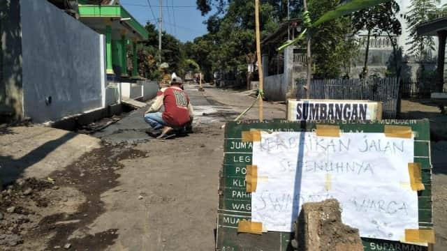 Warga Watuwungkuk Swadaya Tambal Jalan Rusak