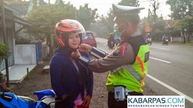 Kampanyekan Pentingnya Pakai Helm Sampai Klik