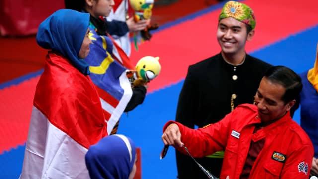Jokowi Serahkan Medali Emas Taekwondo pada Defia Rosmaniar