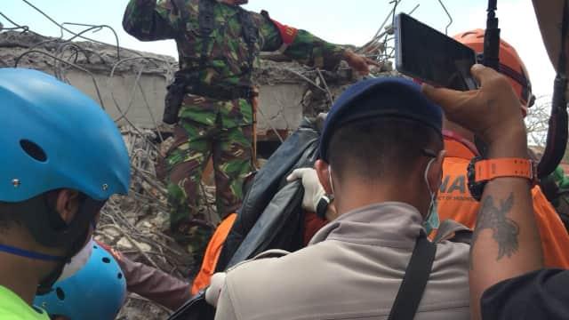 Jenazah Bibi Zohri Ditemukan Tertimbun di Reruntuhan Masjid