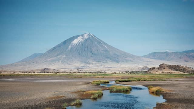Gunung Berapi Terdingin di Afrika Muntahkan Lava Hitam
