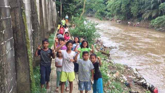 Merawat Ciliwung dengan Kelola Sampah dan Sekolah Alam Ala Mat Peci