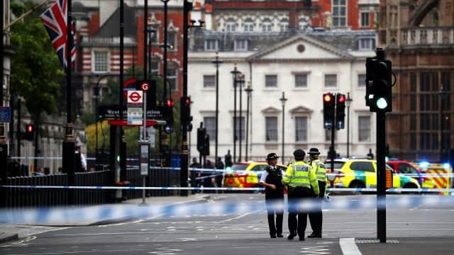 Mobil Tabrak Pembatas Gedung Parlemen Inggris, Pejalan Kaki Terluka