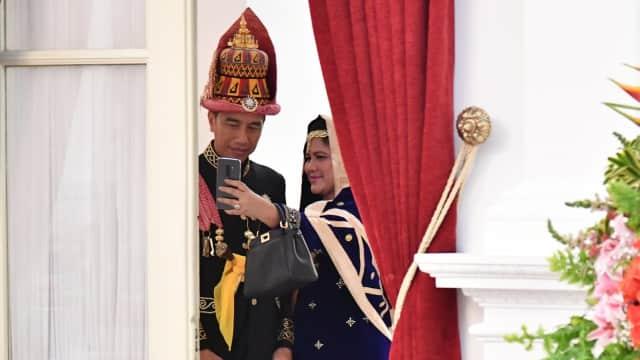 Menebak Smartphone Iriana Jokowi saat Selfie Jelang Upacara HUT RI
