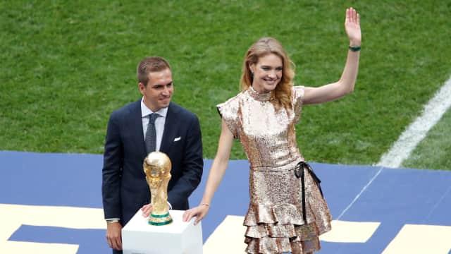 Natalia Vodianova, Supermodel asal Rusia Pembawa Trofi Piala Dunia