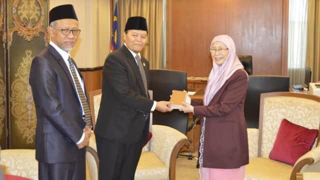 Hidayat Nur Wahid dan Politik Keibuan untuk Wan Azizah