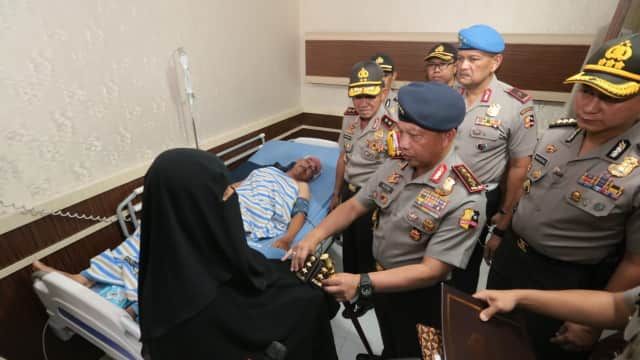 Kapolri Jenguk Polisi Korban Teror di Mapolda Riau