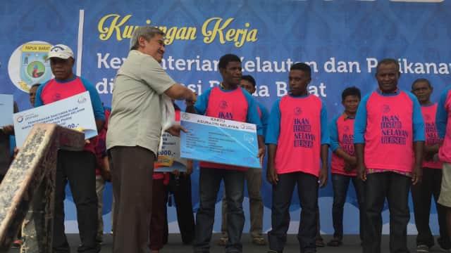 KKP Bagi-bagi Kapal dan Alat Tangkap Ikan untuk Nelayan Papua Barat