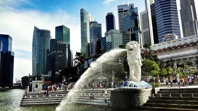 2 Pemuda Tertangkap CCTV Mancing Ilegal di Merlion Park Singapura