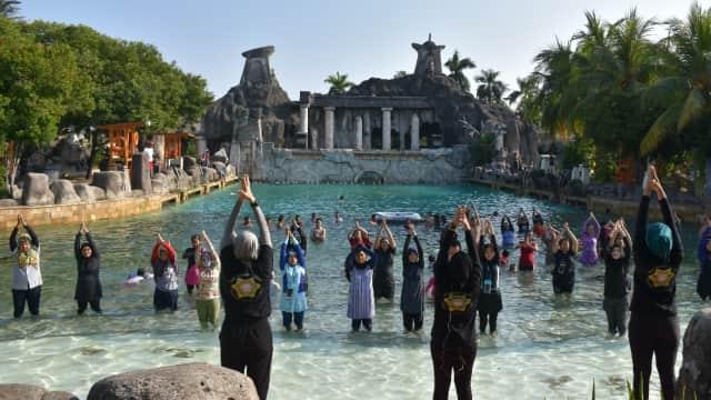 Ingin Rasakan Yoga Dalam Air? Kamu Bisa Datang ke Atlantis Tiap Minggu