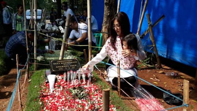 Sarwendah Ziarah ke Makam Julia Perez Bersama Buah Hatinya