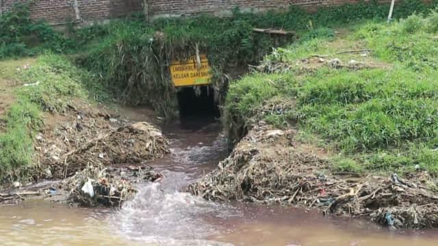 Derasnya Aliran Limbah Industri Kemerahan ke Sungai Citarum