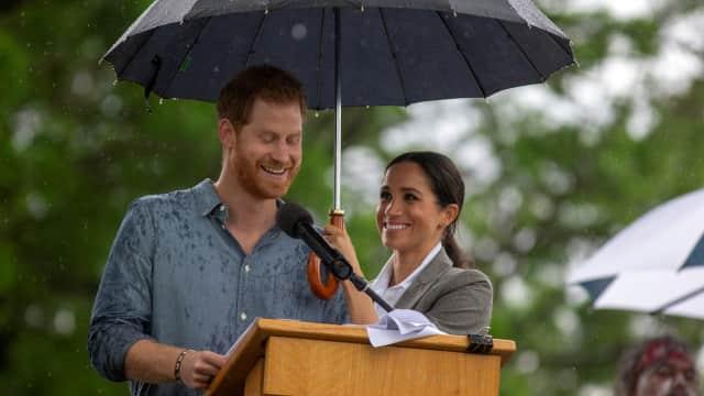 Sepayung Berdua, Meghan Markle dan Pangeran Harry Pamer Kemesraan