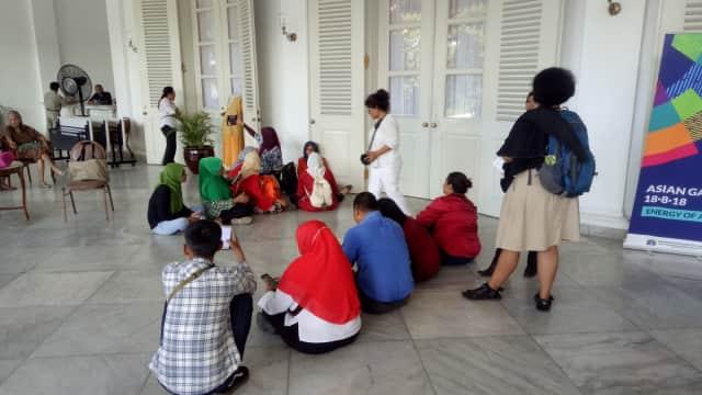 Saat Warga Rusun Menunggu Anies Sambil Lesehan di Balai Kota