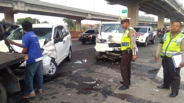 Kecelakaan Beruntun 3 Kendaraan di Jalan Kalimalang, Lalin Tersendat