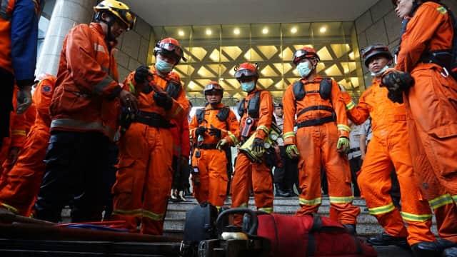 Tim SAR Pakai Kamera Pencari untuk Temukan Korban Balkon Roboh BEI