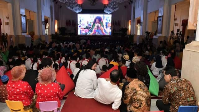 Momen Mesra Jokowi-Iriana Saat Nonton Film 'Kulari ke Pantai'