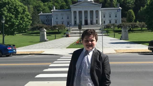 Fakta Mengejutkan Ethan, Remaja 14 Tahun yang Jadi Calon Gubernur