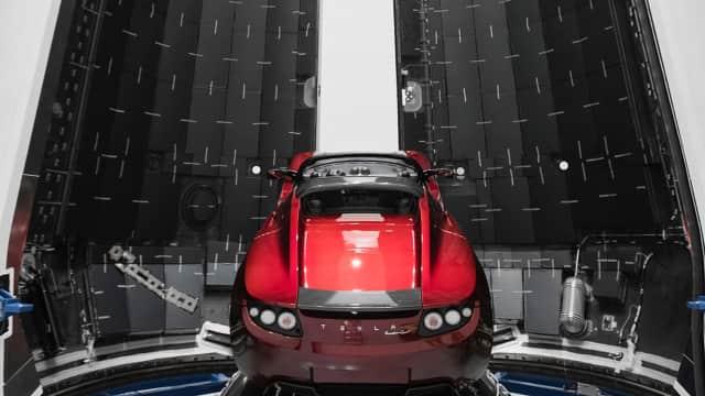 Elon Musk Pamer Mobil Super Tesla yang Mau Diterbangkan ke Orbit Mars