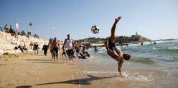 Muslim di Israel Menikmati Libur Lebaran di Pantai Mediterania