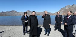 Aksi Moon Jae-in dan Kim Jong-un Mendaki Gunung Paektu