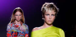 Versace Tampilkan Koleksi Ready-to-Wear di Milan Fashion Week