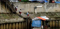 Kisah Perahu Getek Bang Aziz di Sungai Ciliwung Jatinegara