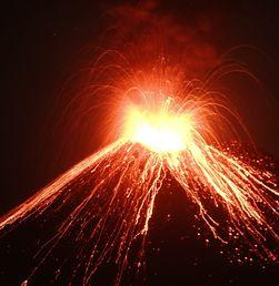 Lontaran Lava Pijar Gunung Anak Krakatau Capai 1.000 Meter