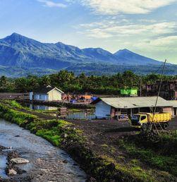 Menuju Puncak Gunung Galunggung Lewat 620 Anak Tangga