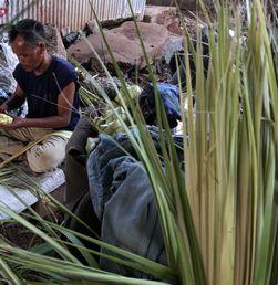 Jelang Idul Adha, Penjual Ketupat Dadakan Nikmati 'Panen Raya'