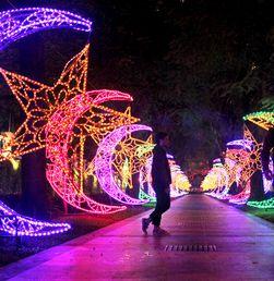 Melihat Ornamen Lampu Ramadhan yang Menghiasi Pedestrian di SCBD