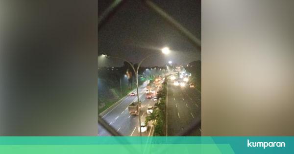 Pria Gantung Diri di Lampu Jalan Tol Pasar Rebo - kumparan